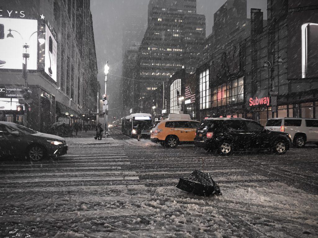 Snöoväder och paraply