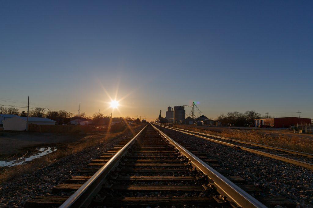 Tågspår i Friend. Tågen tutar vid övergångarna.
